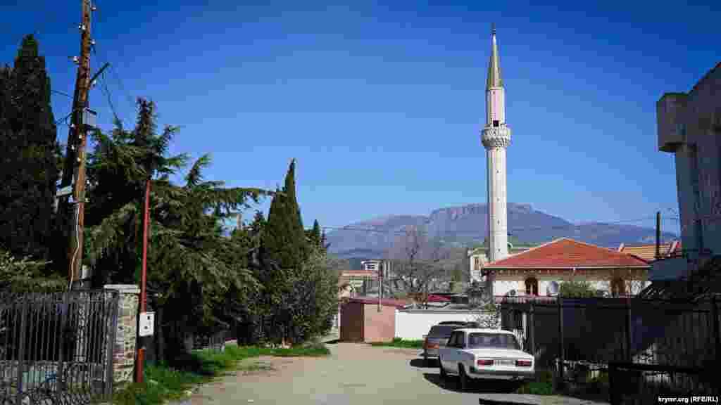 Сразу за «Алустоном» находится мечеть Юкары-Джами (Верхняя мечеть).