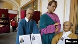 Восковые фигуры Владимира Путина, Анатолия Собчака и Михаила Горбачева в петербургском музее. Февраль 2012 года.