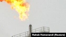 Газовый факел на нефтепромысле