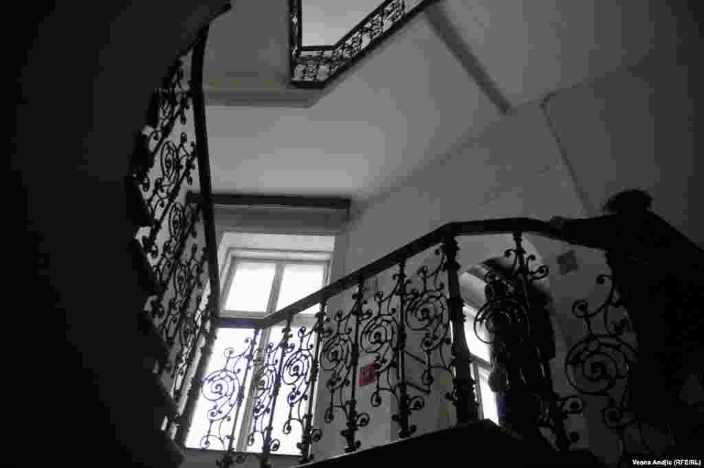 Liftovi su isključeni, pa stanari, među kojima su mnogi penzioneri, moraju da tri ili četiri sprata idu stepeništem.