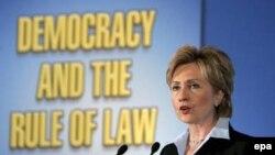 Сенатор Хиллари Клинтон и бывший президент Билл Клинтон не только однофамильцы