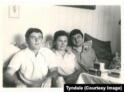 Джек Барский (справа) с матерью и братом