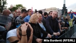 Jedan od lidera Saveza za Srbiju Dragan Đilas nalazi se među demonstrantima ispred Narodne skupštine u Beogradu, 11. maj 2020.