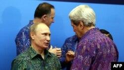 John Kerry (djathtas) dhe Vlladimir Putin në samitin APEC në Bali të Indonezisë