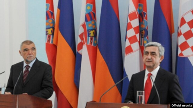 Armenia -- Presidents Serzh Sarkisian of Armenia (R) and Stjepan Mesic of Croatia hold a news conference in Yerevan on May 22, 2009.