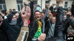 Пророссийские активисты у здания милиции в Одессе. 4 мая 2014 года.