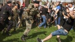 """Нападение """"казаков"""" на протестующих в центре Москвы, 5 мая 2018 года"""
