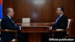 Президент Армении Армен Саркисян (слева) и секретарь фракции «Царукян» Ваге Энфиаджян, Ереван, 10 октября 2018 г.