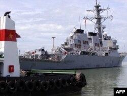 Оңтүстік Қытай теңізіндегі даулы шекара белгісінің қасында тұрған АҚШ әскери кемесі. 10 тамыз 2010 жыл.
