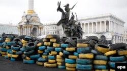 Баррикады из автопокрышек в цветах украинского флага на Майдане Незалежности. Киев, 14 апреля 2014 года.