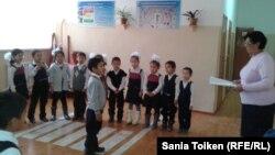 Дети и школьный учитель. Иллюстративное фото.