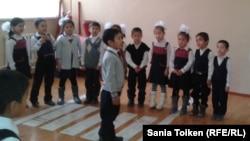 Казахстанские школьники младших классов. Иллюстративное фото.