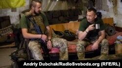 Українські військові відпочивають у бліндажі. Мар'їнка. 12 січня 2018 року