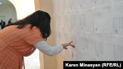 Հայաստան - Ընտրություններում քվեարկության պատրաստվող քաղաքացին ծանոթանում է ընտրացուցակին, արխիվ