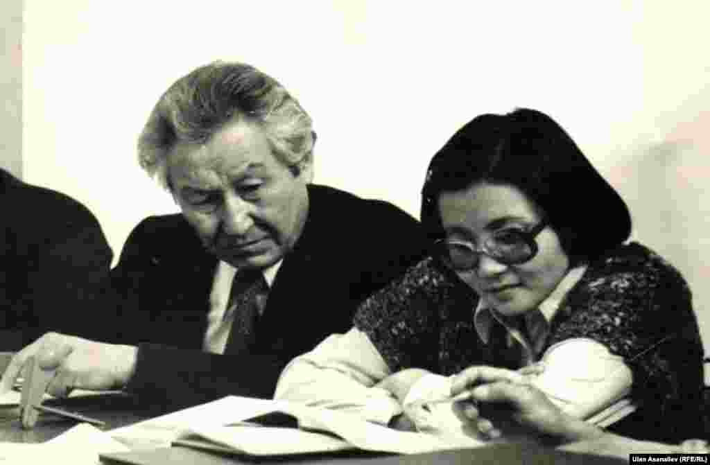1978 год. Ректор Национального университета Кайып Оторбаев и заведующая кафедрой Роза Отунбаева.