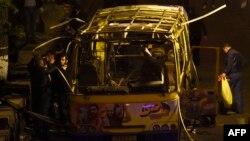 Слідчі працюють на місці вибуху автобуса в Єревані, 25 квітня 2016 року