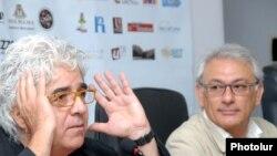 Հակոբ Կուտսուզյանը (ձ) եւ Սերժ Ավետիքյանը լրագրողների հետ հանդիպմանը: 12-ը հուլիսի, 2011թ.