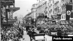 Жители Вены восторженно нацистов. 15 марта 1938 года