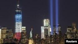 """""""One World Trade Center"""" (stânga) şi Statuia Libertăţii. New Yorkul scăldat în lumini, pe 11.09.2012 septembrie"""