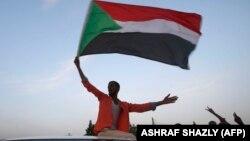 مردم معترض و بیرق کشور سودان