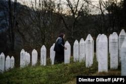 На мемориальном кладбище в Потокари вблизи Сребреницы, где захоронены останки тысяч жертв сербского геноцида