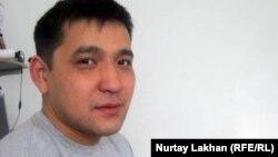 Кір жуу машинасының шебері Мұрат Адамбаев. Алматы, 15 ақпан 2012 жыл.