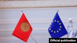 Флаги Кыргызстана и Европейского союза. Иллюстративное фото.
