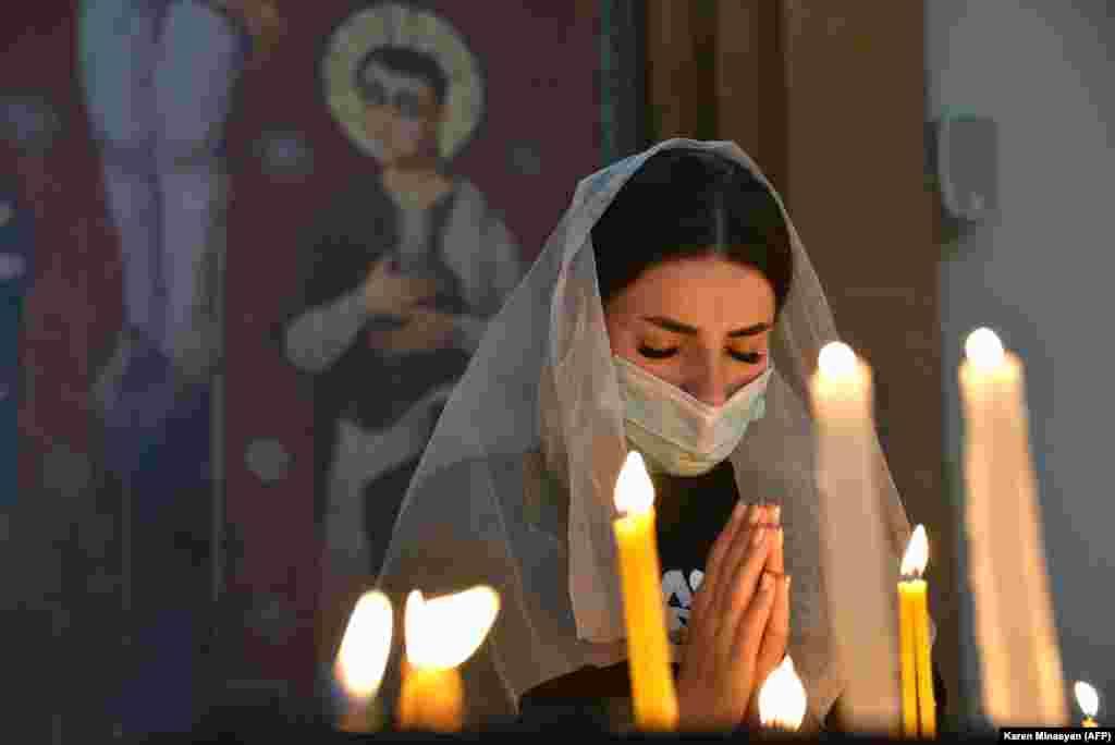 Женщина во время молитвы в церкви в Ереване, 17 октября 2020 года