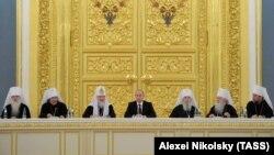 Президент Росії Володимир Путін і Московський патріарх Кирило (в центрі) на зустрічі з учасниками Архієрейського собору Російської православної церкви. Москва, 1 лютого 2013 року