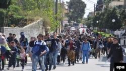 Группа мигрантов идет по одной из улиц города Хиос. Греция, 1 апреля 2016 года.