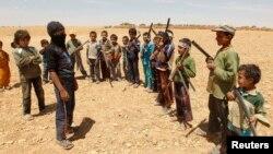 """""""Военная тренировка"""" детей, чьи старшие родственники сражаются в рядах сирийских повстанцев. Провинция Хама, май 2014 года"""