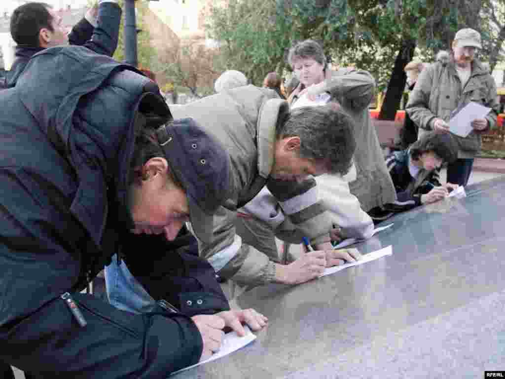 На сайте http://bakhmina.ru/ более 90 тысяч человек оставили свои подписи под просьбой об освобождении. Не имеющие доступа в интернет могли сделать это на пикете.