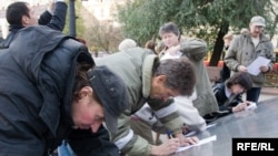 Подписи под обращением к президенту собирали не только в интернете, но и на пикете, приуроченном к дню рождения Бахминой