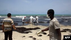 Сотрудники ливийского Красного Полумесяца нашли на морском берегу тело погибшего беженца, 2 июня 2016