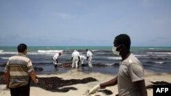 Сотрудники ливийского Красного Полумесяца нашли на морском берегу тело погибшего беженца, 2 июня 2016 года.