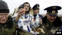 Шпанскиот космонаут Педро Дуке по слетувањето со руската вселснска капсула Сојуз ТМА-2 во Казахстан во 2003 година