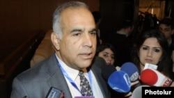 Րաֆֆի Հովհաննիսյանը պատասխանում է լրագրողների հարցերին: Բաքու, 22-ը նոյեմբերի, 2012թ.