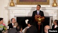 Presidenti Obama duke folur në darkën e Iftarit në Shtëpinë e Bardhë më 25 Korrik 2013
