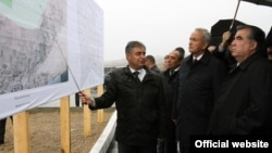 Tajik President Emomali Rahmon (right) inspects plans for the new desert city
