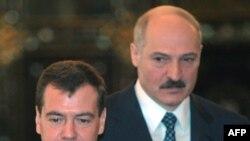 Президент Беларуси Александр Лукашенко стоит позади президента России Дмитрия Медведева. Москва, 3 февраля 2009 года.