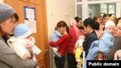 Аналар бәбиләре белән балалар табибы ишеге төбендә