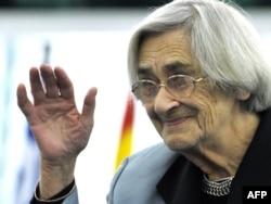 Елена Боннэр - лауреат премии имени Андрея Сахарова, учрежденной Европейским парламентом. Страсбург, 2008 год