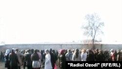 Ин гурӯҳи донишомӯзонро дар майдони марказии шаҳри Душанбе машғули тамрин дарёфтем