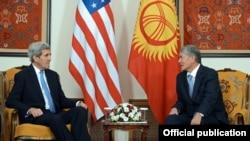 Президент Алмазбек Атамбаев менен АКШ мамкатчысы Жон Керри. Бишкек. 31-октябрь