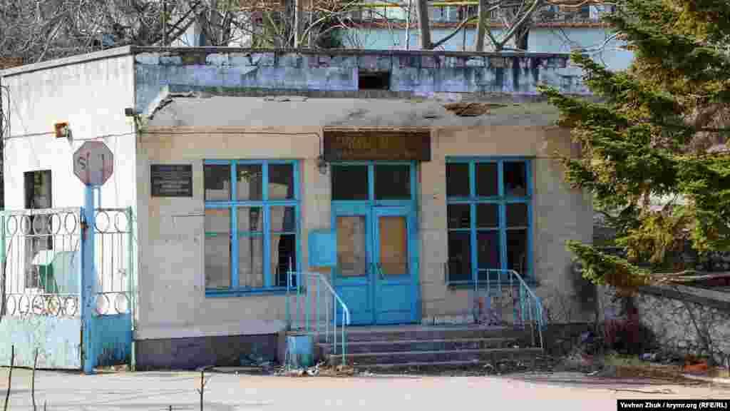 Далее по балке, недалеко от простаивающего завода напитков – давно заброшенный севастопольский комбинат хлебопродуктов (КХП). Двери проходной заколочены, но охрана на территории присутствует