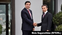 "Prezident Mihail Saakawili (Ç) ""Gürji arzuwy"" kaolisiýasynyň lideri Bidzina Iwanişwili bilen Tbiliside duşuşýar, 9-njy oktýabr, 2012 ý."