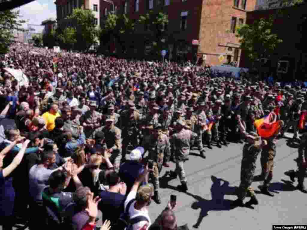 Військовослужбовці утворили колону перед поліцейською дільницею, і так демонстрація пройшла повз поліцію