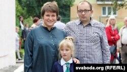 Каміла Ляўчук з бацькамі Алесем і Міланай