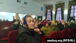 Жители села Акжайык на встрече с чиновниками. Западно-Казахстанская область, 11 марта 2020 года.