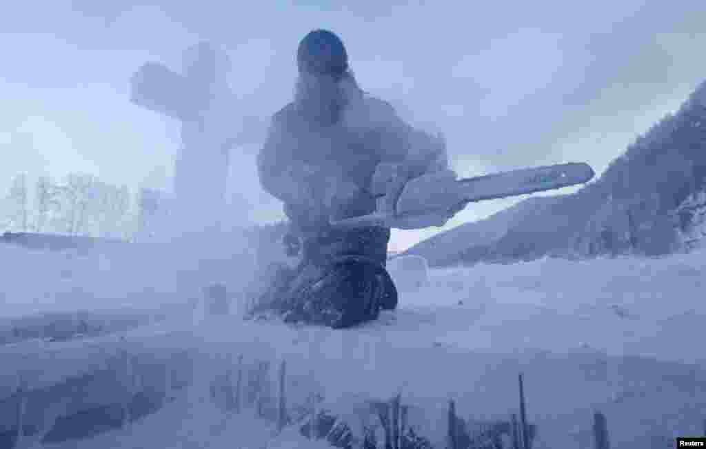 А в это время иеромонах Никандр из мужского монастыря под поселком Манский (Красноярский край) вырубал бензопилой прорубь для крещенского купания в покрытой льдом реке Мана при температуре в -27 градусов